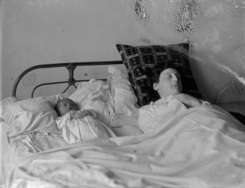 Death of baby and mother during childbirth, 1910