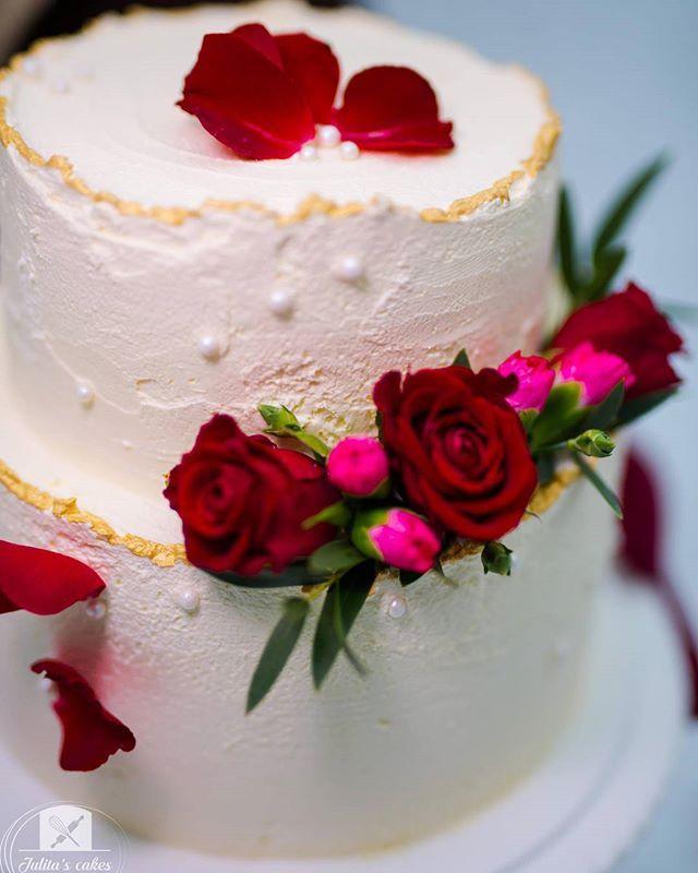 Happy Thursday!   . . . #newbeginning #love #winter #roses #beautifulcakes #snow #cakedesigner #freshcream #celebration #cake #wedding #january #weddingcake #baking #cakedecorating #dessert #instasweet #cakepic #cakeporn #instacake #chocolate #cakestagram #happydays #dreams #believe #sundaybaking #sunday #weekend #bridetobe #cakephotography