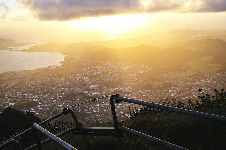 Лестница в Небо - это серия стальных лестниц, протяжённостью 2 мили, ведущую к вершине горы Puu Keahiakahoe. На высоте 2800 футов, туристов ожидает заброшенная станция береговой охраны и потрясающие виды. С одной стороны - Гавайские острова, с другой - горы.