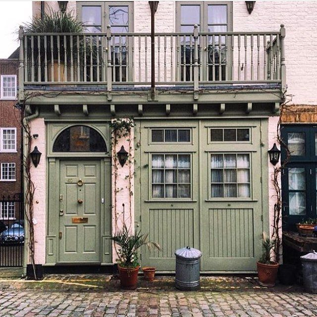 Good morning ☀️ from @mewsingsldn! As the lovely @houseandgardenuk folk let us take the helm today, spring is in the city air and London's little pockets of paradise awaken from hibernation...   The first of today's #MonthlyMewsings is a darling mews rendered in off-mint, snapped in London by @misiowata though it carries a real New Orleans southern nostalgia - we adore the little steel bin!