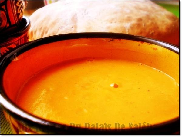 Salam allaicom bonjour un bon velouté au potimarron crémeux à souhait,une recette facile et rapide à faire pour un repas qui réchauffe et qui fait le plein de vitamine.On peut rajouter des châtaignes 5 minutes avant la fin de la cuisson et mixer le potimarron avec, c'est un pur délice qui donne une douceur à la soupe , pendant ce temps de froid rien de meilleur.  La recette par ici >>>  http://www.auxdelicesdupalais.net/article-soupe-ou-veloute-de-potimarron-la-recette-facile-116537105.html