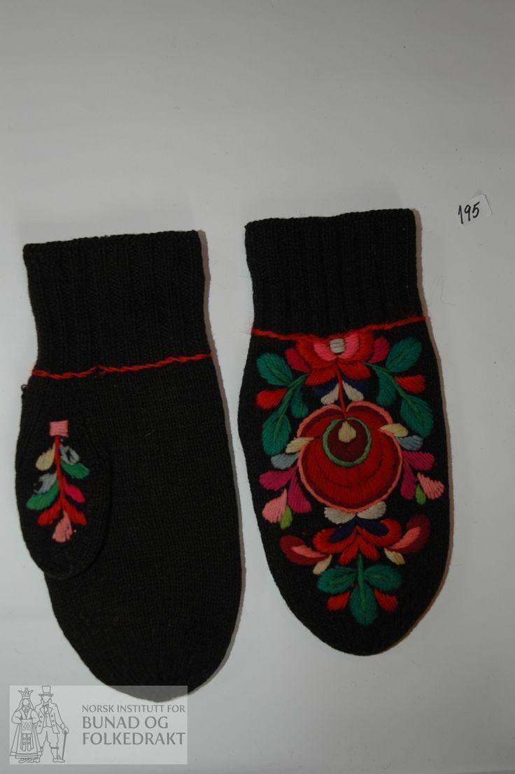 Eitt par heilvottar strikka i sauesvart to-tråds ullgarn, 6 masker pr. 2 cm. Pryda med plattsaumsbroderi i sefyr-garn på handbak, tommel og rundt handledd.