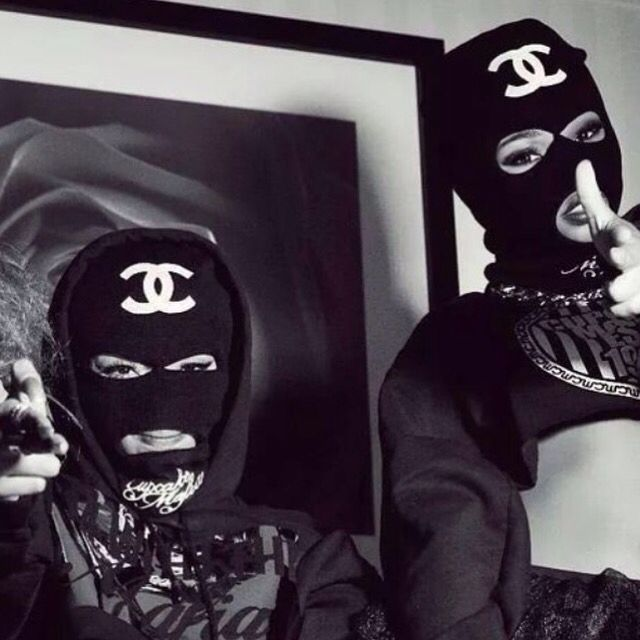 Let em callin u bitch cause u dont give fuck about haters and dont give a fuck about lover,bitches are stronger aint have no feeling about you shit hoe #badgirl #guns #kill #judgemeh #bitch #chanel #mask