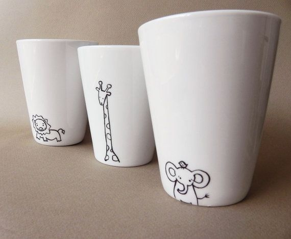 Motivos de animalitos para estas tazas pintadas a mano || Giraffe hand painted white porcelain mug by PaintMyName on Etsy, $24.00