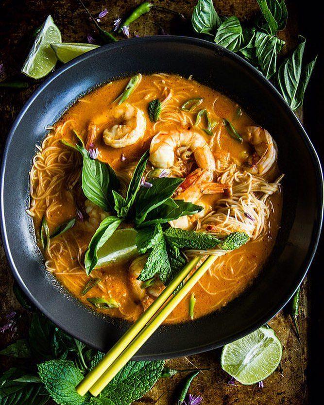 LAKSA DE COCO COM CAMARÃO  A receita de hoje é Tailandesa  Graças a querida seguidora @luizamistro. Ingredientes 500g de camarão cru   xícara de óleo de coco ou óleo vegetal 1 cebola cortada em cubos pequenos 2 dentes de alho picados 3 pequenos gengibres descascados e picados 1 pimentão serrano (com sementes)..(isto é picante por isso é opcional!) 3 colheres de sopa de pasta de curry 230g de spaguetti de arroz 4 xícaras de frango orgânico picado 1 pode leite de coco sal rosa manjericão…