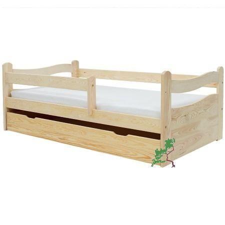 Drewniane łóżko dziecięce z barierką i pełnymi czołami wykonane z litego drewna sosnowego, dostępne w dwóch wymiarach.