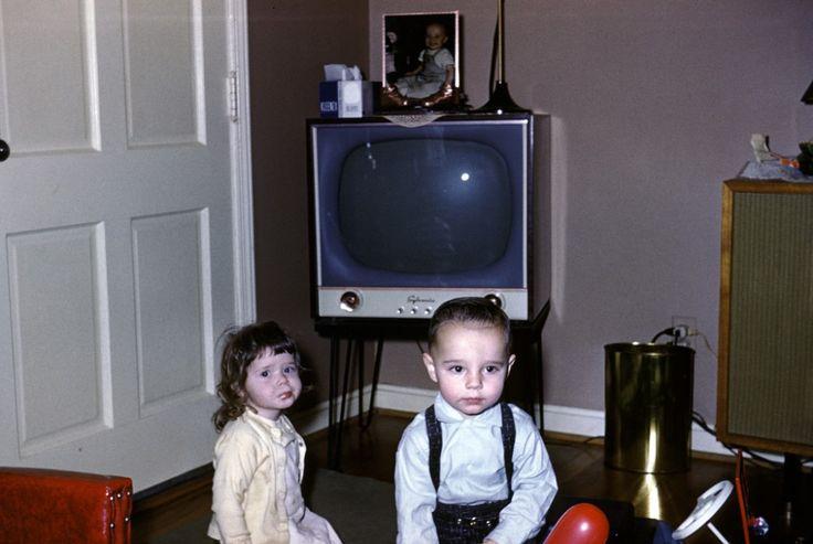 Дети с телевизором. Декабрь 1958 года.