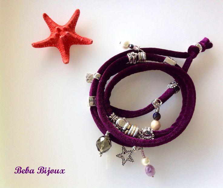 Bracciale in Velluto color Melanzana,con distanziatori color argento, anellini color argento e oro e pietre e ciondoli.