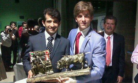 PREMIOS Mejor novillero de la temporada 2012 Mario Alcalde, premiado por la Peña Joselito Adame - Mundotoro.com #Alcalde #Adame #toros