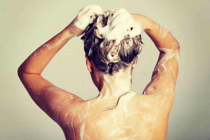 Es ist kein Geheimnis, dass Natron vielseitig einsetzbar ist. Du kannst es um dein Haus herum zum Kochen oder Reinigen verwenden oder sogar für die Behandlung von bestimmten medizinischen Problemen. Aber hast du jemals darüber nachgedacht, es in dein Haar zu geben? Ja, das ist richtig. Natron...