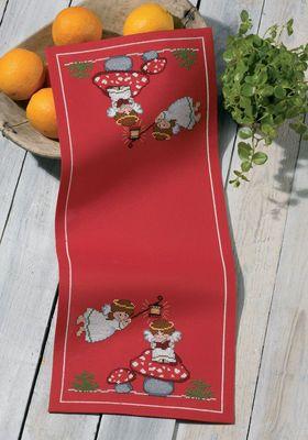 """Vare nr. 63-9262 Broderipakning løber - Engle hygge Str. 25 x 62 cm. Broderes med korssting på rødt Aida med 5,4 tr. pr. cm. / 14"""" efter tællemønster.  Pakken indeholder instruktion, stof, mønster, garn og en nål."""