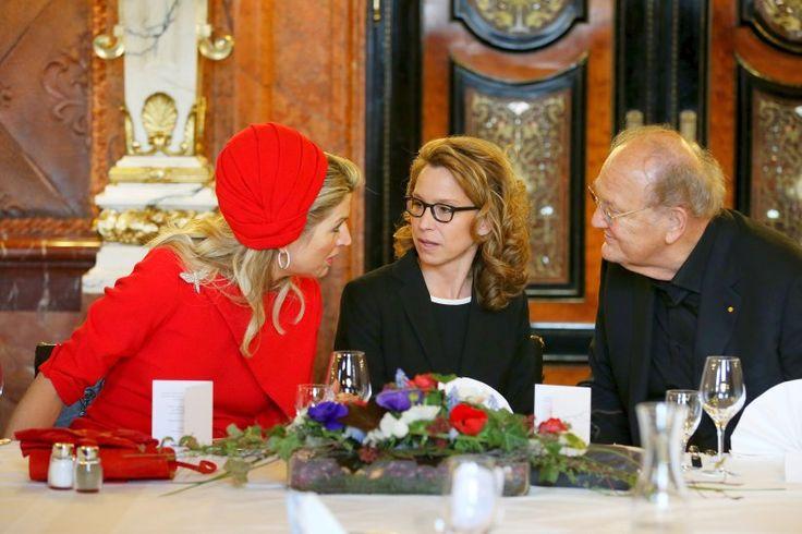 Königin Maxima der Niederlande, Carola Veit (SPD), Präsidentin der Hamburgischen Bürgerschaft, und Theaterproduzent Joop van den Ende unterhalten sich im Kaisersaal des Rathauses beim Senatsfrühstück