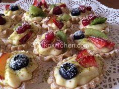 I cestini di frutta sono dei deliziosi dolcini di pasta frolla farciti con crema pasticcera e guarniti con frutta fresca e zucchero a velo.