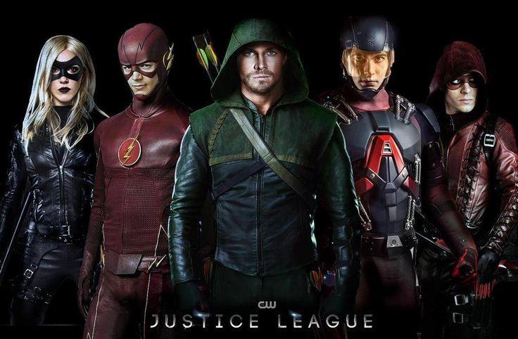 De gauche à droite : Black Canary (Laurel Lance), The Flash (Barry Allen), Arrow (Oliver Queen), The Atom (Ray Palmer) et Arsenal (Roy Harper)
