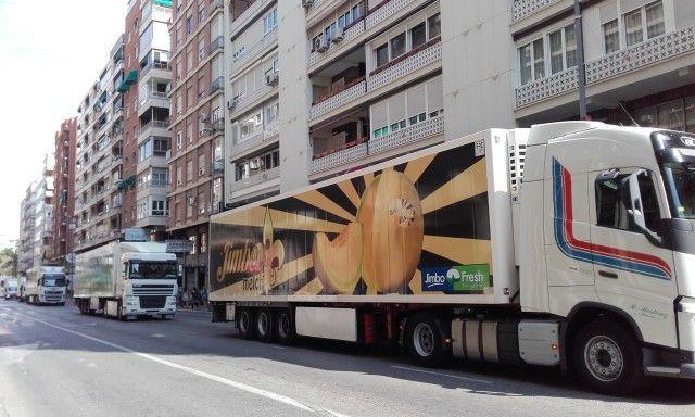 Camiones frigoríficos de regreso por avd Constitución tras fin jornada reivindicativa