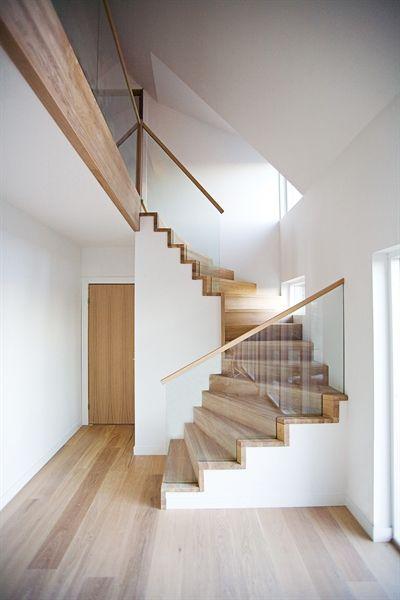 Tät trappa i ek med helglasräcke