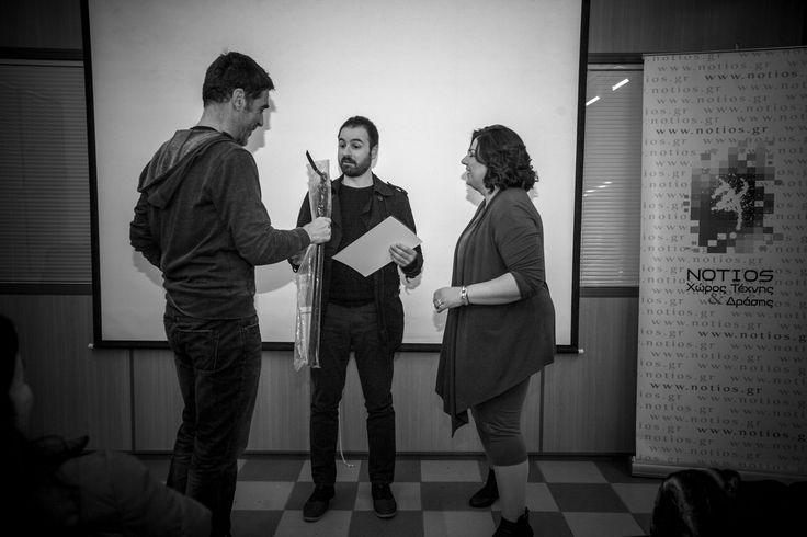 Ο Γιάννη Κόντος, βραβεύει τον φωτόμαθητή του Νοτίου, Πάνο Ζουλάκη, στην 1η πρώτη θέση, από εσωτερικό διαγωνισμό φωτογραφίας.