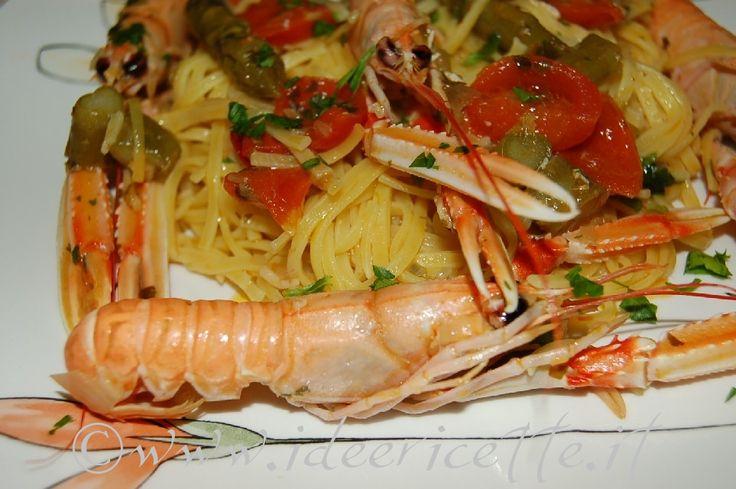Ecco la ricetta dei taglierini con scampi, asparagi e pomodorini. Una ricetta gustosa e facile da preparare. Ingredienti taglierini scampi asparagi e pomodorini per 3 persone - 300 gr. di pasta formato taglierini - 10-12 scampi - 15-20 asparagi - 1 aglio - 1 scalogno - 10-12 pomodorini - 1 bicchiere di vino bianco secco - prezzemolo - olio - sale - peperoncino Preparazione taglierini scampi asparagi e pomodorini Preparate gli ingredienti (se proprio usate scampi congelati, fateli scongelare…
