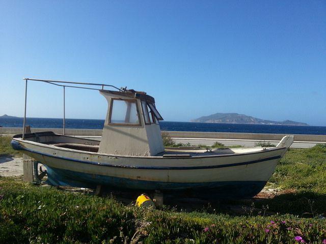 Isola di Favignana - un tratto del lungomare antistante l'isola di Levanzo | da Lorenzo Sturiale