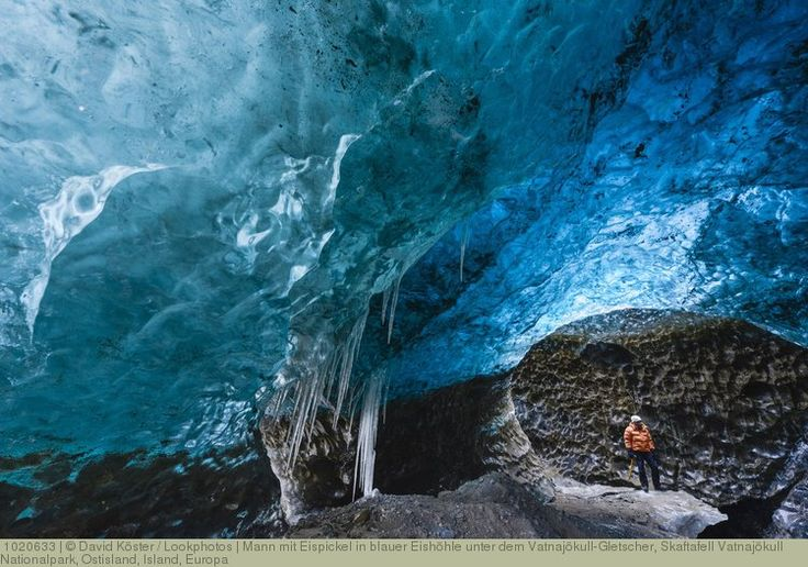 Mann mit Eispickel in blauer Eishöhle unter dem Vatnajökull-Gletscher, Skaftafell Vatnajökull Nationalpark, Ostisland, Island, Europa