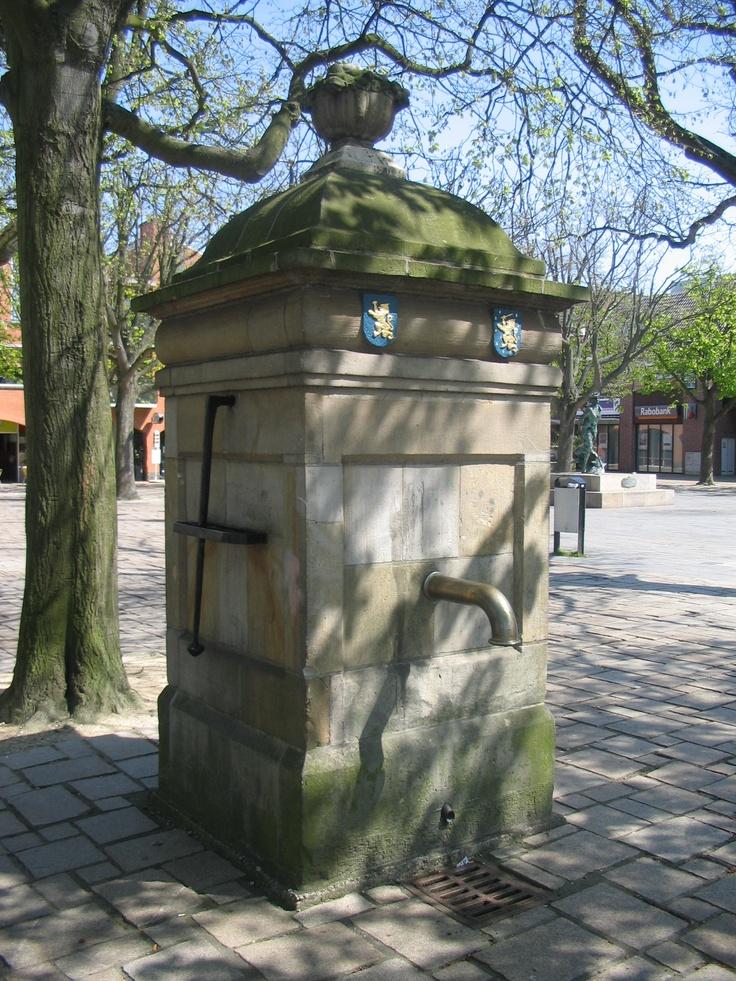 Pomp op het plein, 's-Gravenzande. Lees meer: http://www.rijksmonumenten.nl/monument/18158/pomp+op+plein/039s-gravenzande/