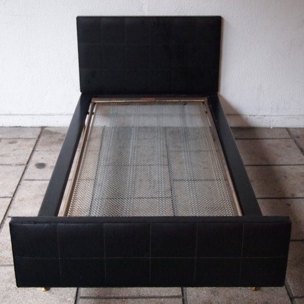 Hendrickx Alfred / Belform : Lit 1 personne, chassis en bois laqué noir, tête et pieds garnis de vinyle, sommier 1 personne, | Salle de Vente Saint-Job