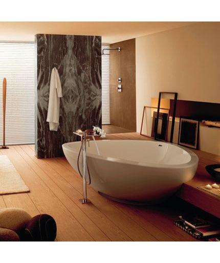kanskje ikke dusjen trenger å stå inntil en vegg. kanskje den kan være montert på en vegg som står midt i rommet, med glass imot