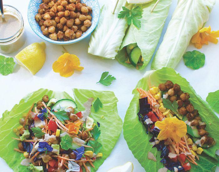 Disse farverige grøntsagswraps er et sundt og lækkert bud på en utroligt nem aftensmad. Perfekt, hvis grøntsagsskuffen skal tømmes!