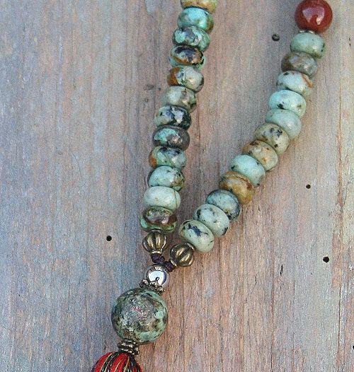Mala-Halskette aus 108, 8 x 5 mm - 0,315 x 0.197 Zoll, schöne afrikanische Türkis Edelsteine und dekoriert mit Jade, Achat, Jaspis und Hämatit.  Die Gesamtlänge der Mala beträgt etwa 74 cm - 29,13 Zoll.