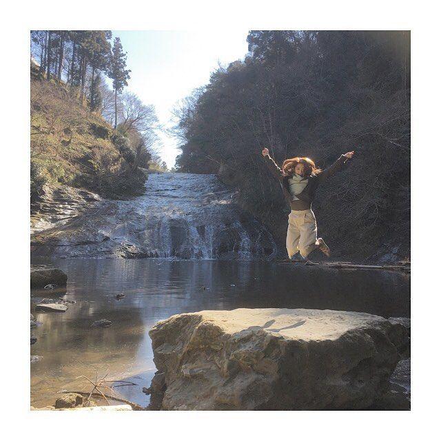 【mieeee_34】さんのInstagramをピンしています。 《初めての養老渓谷、粟又の滝❤️ やっぱり自然が好き💕  #養老渓谷#千葉 #滝 #滝マニア #マイナスイオン #パワー #チャージ #ストレス発散 #リラックス #自然 #アウトドア #粟又の滝 #滝の定義 なに?#ジャンプ #カメレオンコーデ #山 #背景 #一体化 #カーキ #MA-1 #アイボリー#ガウチョ #ライトグリーン #ニット #タートルネック #クロコダイル #クロコダイル柄 #パンプス #森》