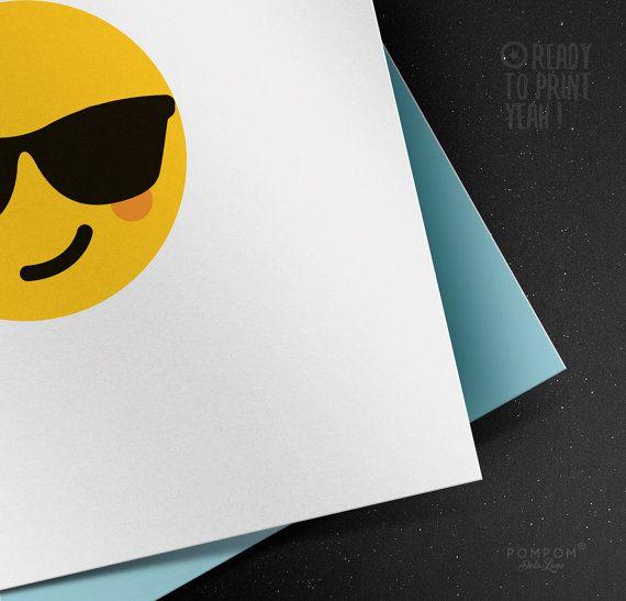 *Carte de voeux Smiley soleil vacances lunettes À IMPRIMER Emoticon Emoji carte de voeux imprimable Enveloppe DIY bleue* Carte de voeux carrée deux volets + enveloppe à monter incluse TÉLÉCHARGEMENT NUMÉRIQUE INSTANTANÉ 1 FICHIER ZIP contenant PDF et jpg 300 DPI  À noter : - Les couleurs peuvent varier selon l'écran, le papier utilisé ou l'imprimante - Il sagit dun achat numérique, aucun envoi postal.  MODE DEMPLOI  - Choisissez votre fichier, et après lachat vous serez mené par email à la…
