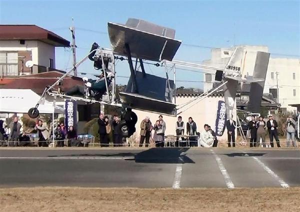 試験飛行に成功した、名古屋市立工業高校の生徒らが手掛けた飛行機=28日午後、津市(宮崎健太教諭提供)