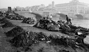 FIRENZE DEVASTATA 1966 - Fiume Arno dopo l'alluvione del 4 novembre 1966
