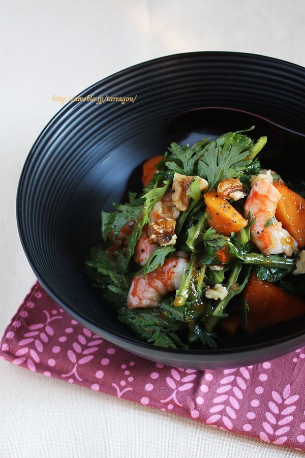 歯ごたえがよい柿はサラダにもぴったり。春菊と海老の柿サラダは変り種の和風サラダとして和の食卓におすすめ。