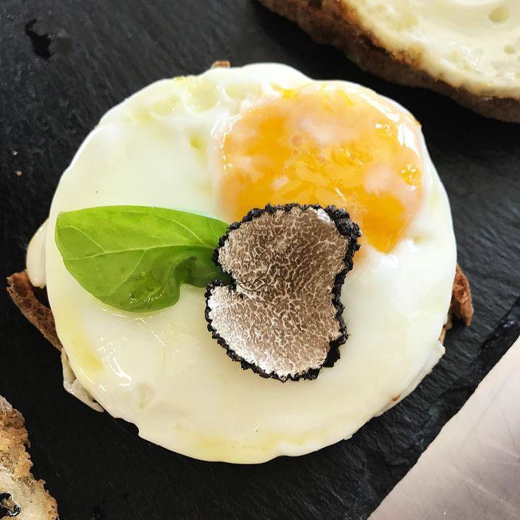 """""""Mi piace"""": 42, commenti: 3 - Devis Pederzini (@cookingpeddy) su Instagram: """"Bruschetta con burro all'aglio, scaglie di tartufo e uovo 🍳"""""""