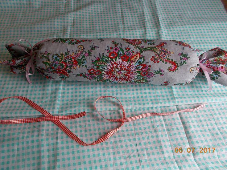 подушка валик-конфетка плотная,для спины и шеи
