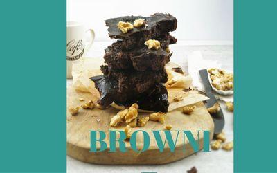 Omdat ons nieuwe programma: in 8 weken slank met de Foodsisters is gelanceerd. Trakteren wij op brownie! Dit hebje nodig voor 8 brownies: 1 avocado 80 gram appelmoes (zonder toegevoegde suiker) 2eetlepelshoning 2eieren 40gramhavermeel 30gramcacaopoeder snufzout ½tlbakpoeder Zo maak je het: 1.Prakdeavocadofijnenmixditmetdeappelmoesenhoning. 2.Klop de eieren door het mengsel en voeg daarna de havermeel, cacao, zout …