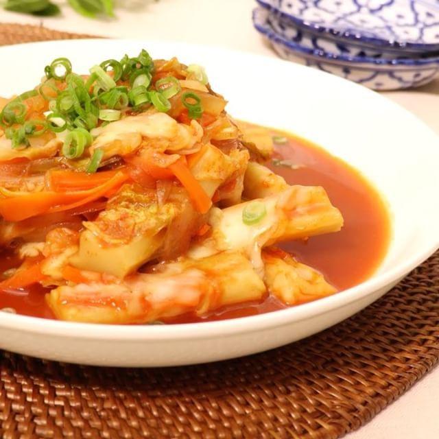 いいね!6,157件、コメント7件 ― DELISH KITCHEN - デリッシュキッチンさん(@delishkitchen.tv)のInstagramアカウント: 「ピリ辛でつい食べたくなる韓国料理の王道、トッポギ。 実はちくわぶを使えば簡単におうちでも作れちゃうんです♪ やみつきお手軽 #チーズトッポギ をぜひお試しください!  材料 (2人分) ・ちくわぶ…」