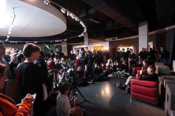 #ErartaLive: первые фотографии с прошедшей в музее Эрарта пресс-конференции с Сергеем Шнуровым. Пресс-показ прошел в зале его персональной выставки