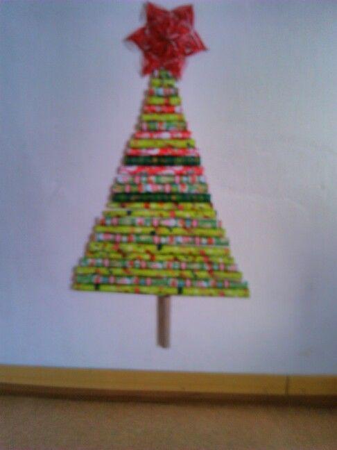 Stromeček z balících papírů  Náš originální vánoční stromeček 9.A