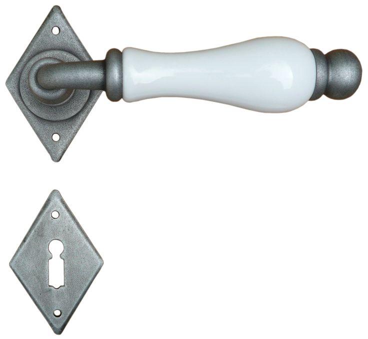Кованная ручка Galbusera с фарфоровой рукоятью D13 на розетте 4-10 белая керамика