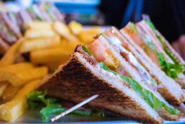 Clubsandwiches met tonijn, chorizo en ei :https://www.budgetkoken.eu/recept/clubsandwiches-tonijn-chorizo-en-ei/