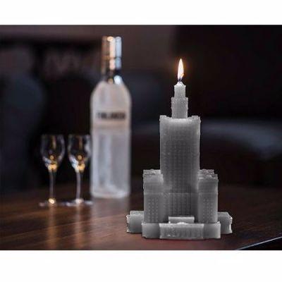 Piękne świece o nietypowych kształtach, to doskonały prezent na każdą okazję. Te małe dzieła sztuki, drukowane są w drukarce 3D, nie kapią, nie dymią oraz wtapiają się do środka.   Świeca w kształcie Pałacu Kultury, jest szara .  Czas spalania - 60 godzin  Wymiary: podstawa 16 x 16 cm  Wysokość : 24 cm  Kolor:szary  Waga: 1060 g  uwaga - świece można zamawiać w różnych kolorach, wtedy czas realizacji wynosi 10 dni roboczych.