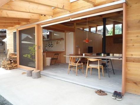 テラスと一体になった土間リビングは、窓を開けるとこれ以上ないほどの開放感を得ることができます。 建築家:小磯一雄 KAZ建築研究室「群馬県太田市・芝屋根住宅-1 mat house」