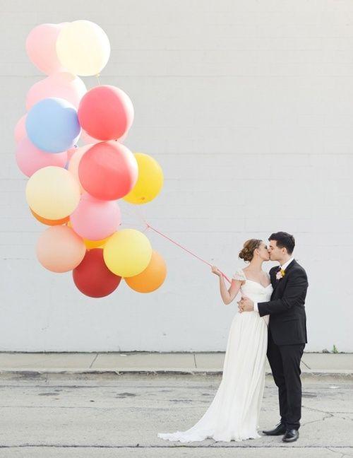 avoir des ballons gonflés à l'hélium derrière a voiture et à  l'entrée de la salle