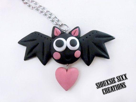 Colgante de gracioso murciélago con corazon hecho de arcilla polimérica