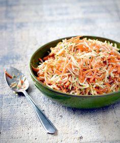 Rauwkostsalade recept dat snel op tafel staat. 1 courgette, 400 gram wortel, 2 eetlepels appelciderazijn en 2 eetlepels olijfolie extra viergine, peper en zout