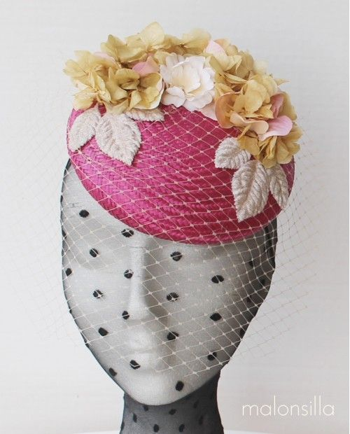 94bf8b3d5931f Tocado DONAS tipo casquete en buganvilla y beige con flores preservadas y  de tela
