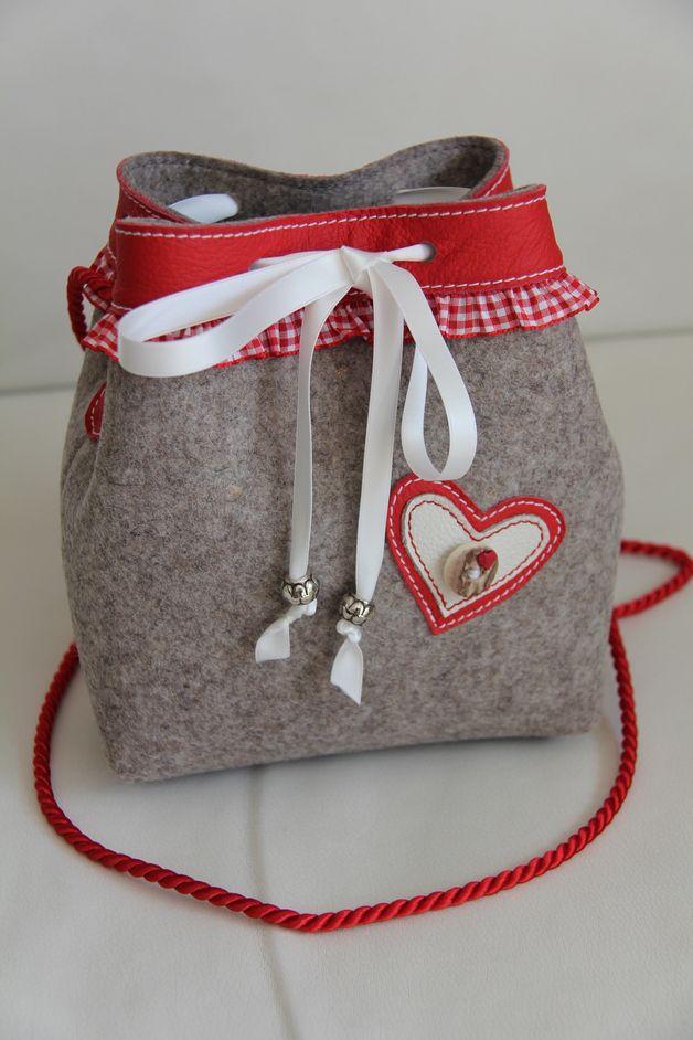"""Wies`n/Dirndl Tasche """" Franzi """" Wollfilz/Leder Biete eine tolle Wies`n/ Dirndl-Tasche aus hochwertigen Wollfilz aus 100% Schurwolle. Mit Rüsche rot/weiß der obere Rand ist mit roten Leder..."""