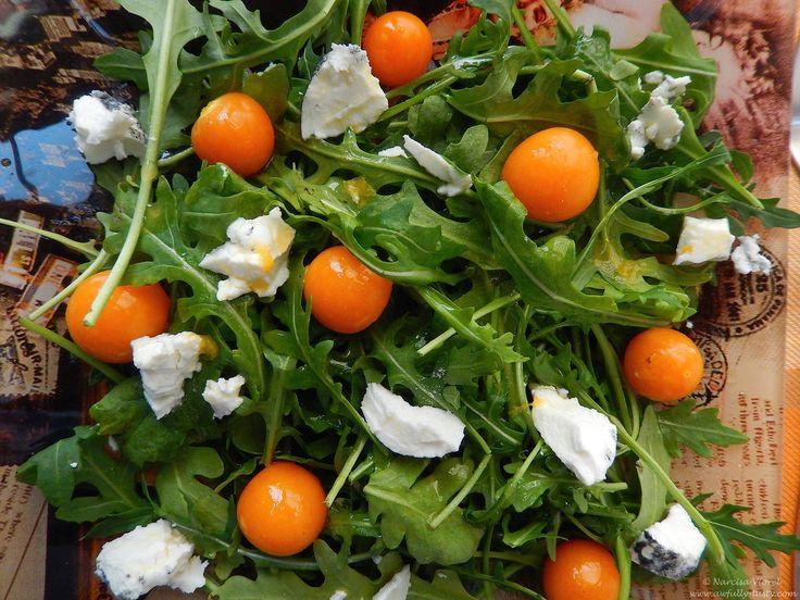 Salata cu physalis si branza de capra.  Physalis and goat's cheese salad.